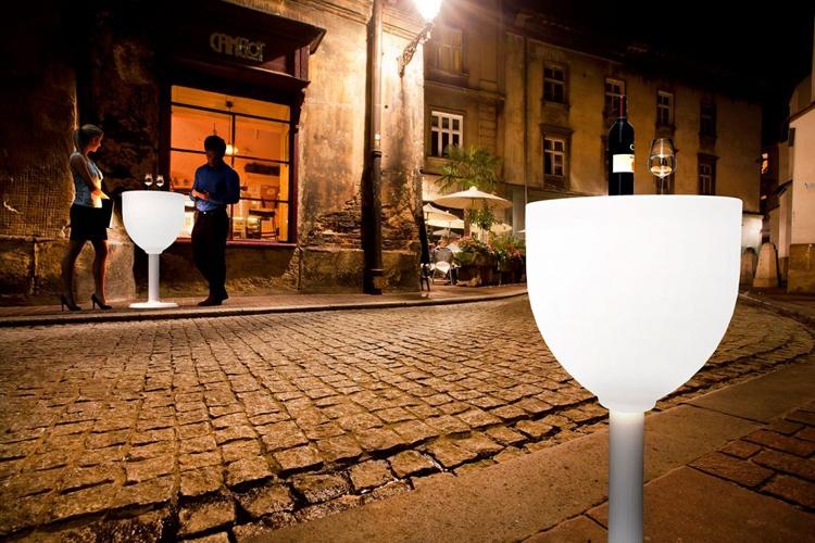 Mesa Wine con luz exterior