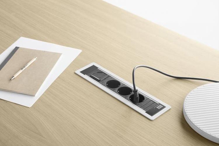 Mesa de diseño Zubi enchufe