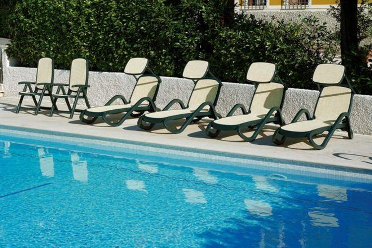 Parasol de tumbona en la piscina