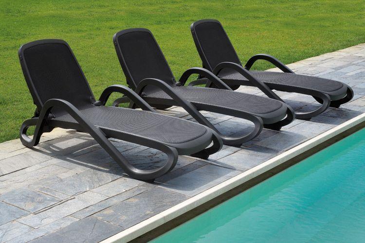 Tumbona con brazos de diseño Alfa antracita piscina