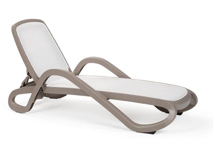 Tumbona con brazos de diseño Alfa beige trama blanco
