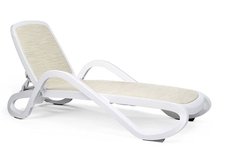 Tumbona con brazos de diseño Alfa blanca trama beige